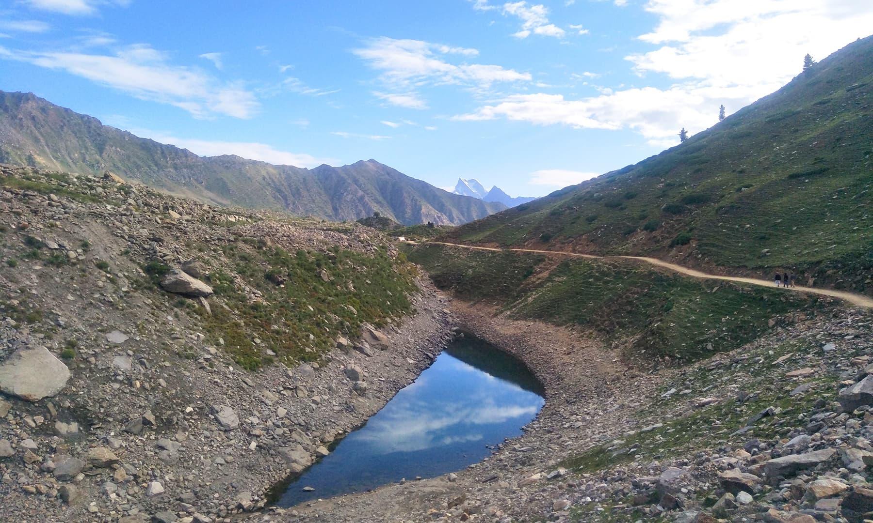 راستے میں خوبصورت کاجو کی شکل جیسی ایک چھوٹی سی جھیل—تصویر عظمت اکبر