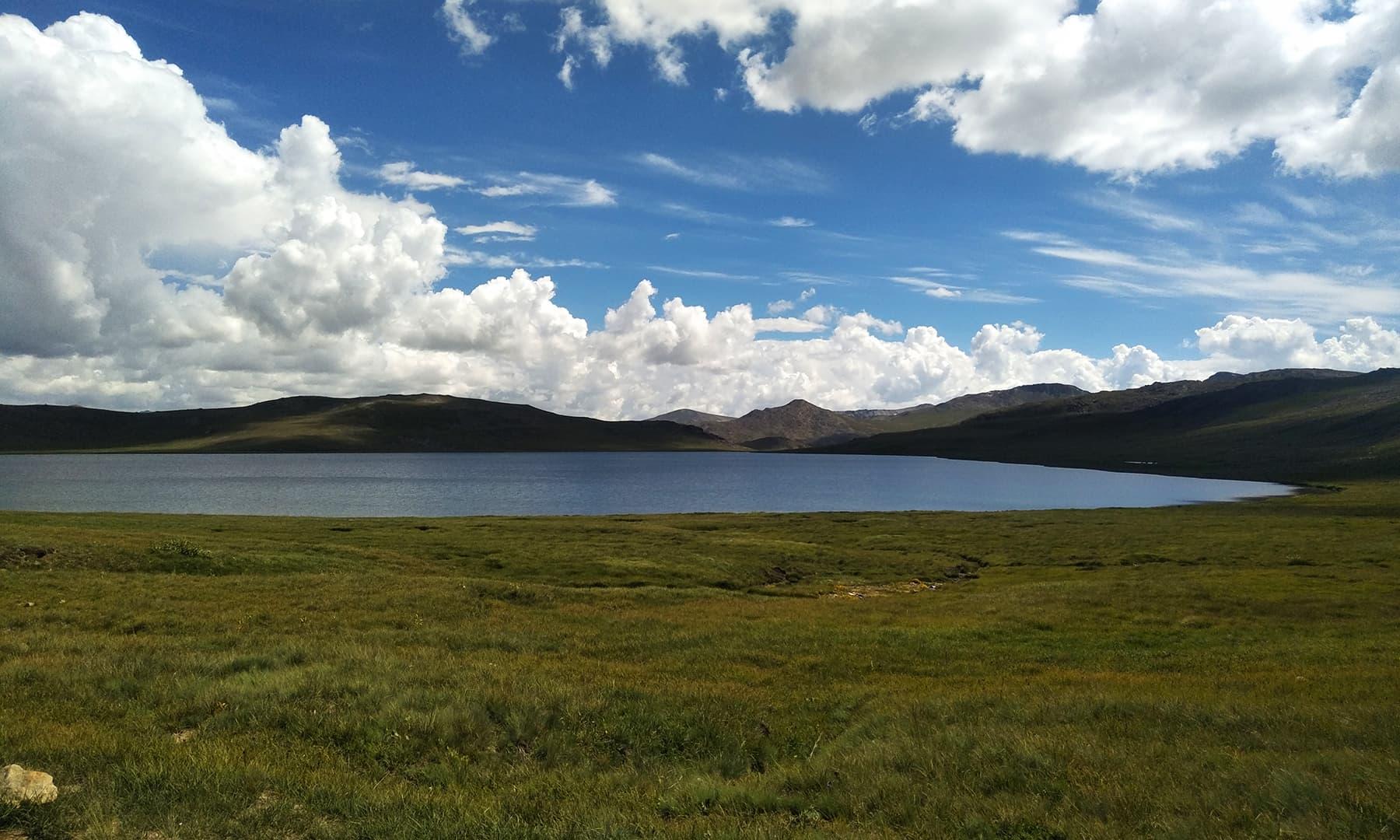 اگر اس جھیل کو دیوسائی کا زیور کہا جائے تو کسی طور پر غلط نہ ہوگا—تصویر عظمت اکبر