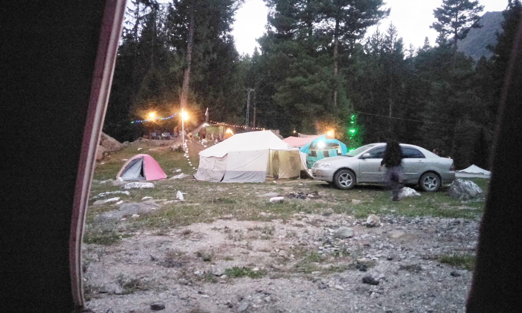 صبح سویرے جب خیمے سے باہر جھانکا تو یہ سامنے یہ منظر تھا—تصویر عظمت اکبر