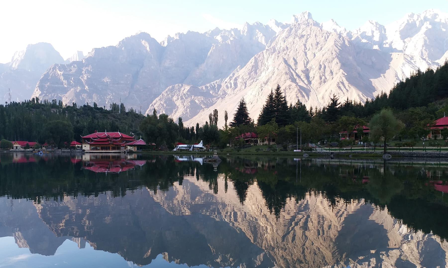 شنگریلا جھیل کا ایک دلکش منظر—تصویر عظمت اکبر