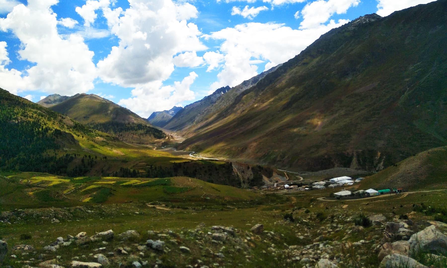 دیوسائی کی بلندیاں چڑھتے ہوئے چلم چوکی کا خوبصورت ٹاؤن نظر آتا ہے —تصویر عظمت اکبر