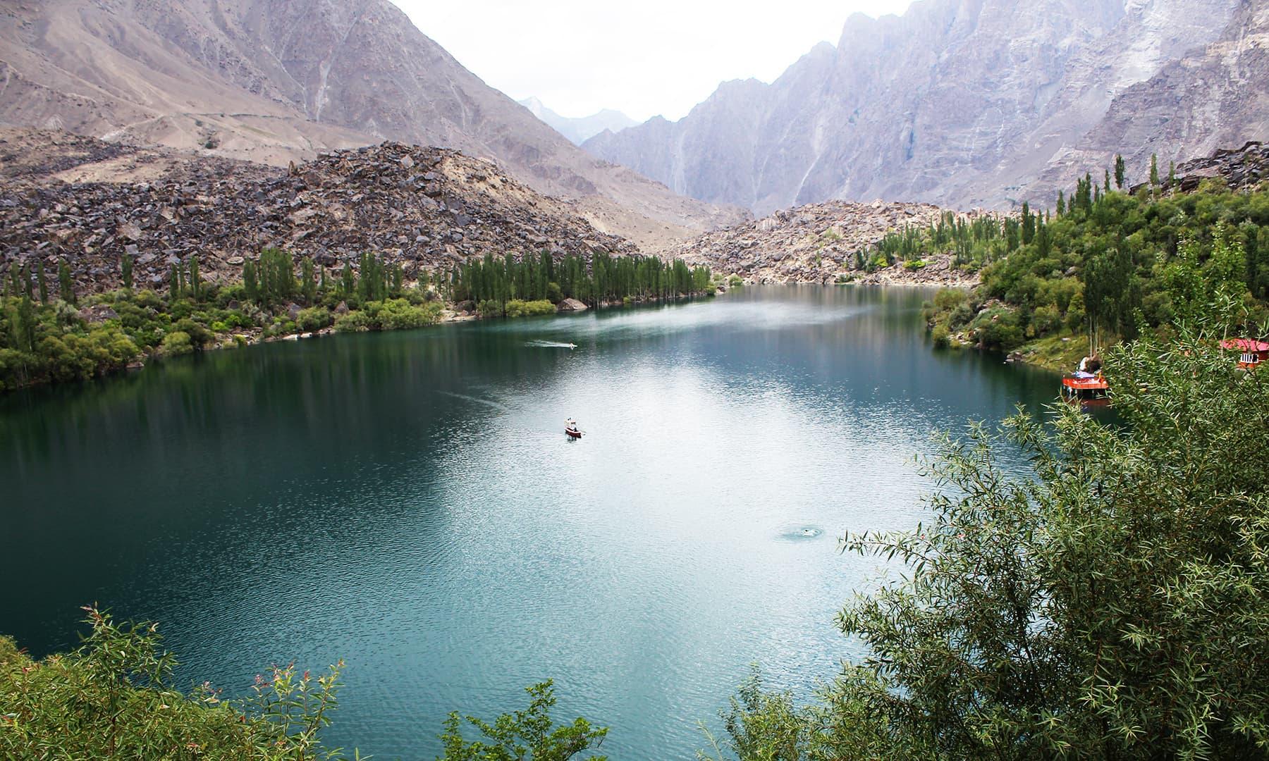 اپر کچورہ جھیل میں سیاحوں کے لیے بوٹنگ کا بہترین انتظام موجود ہے—تصویر عظمت اکبر