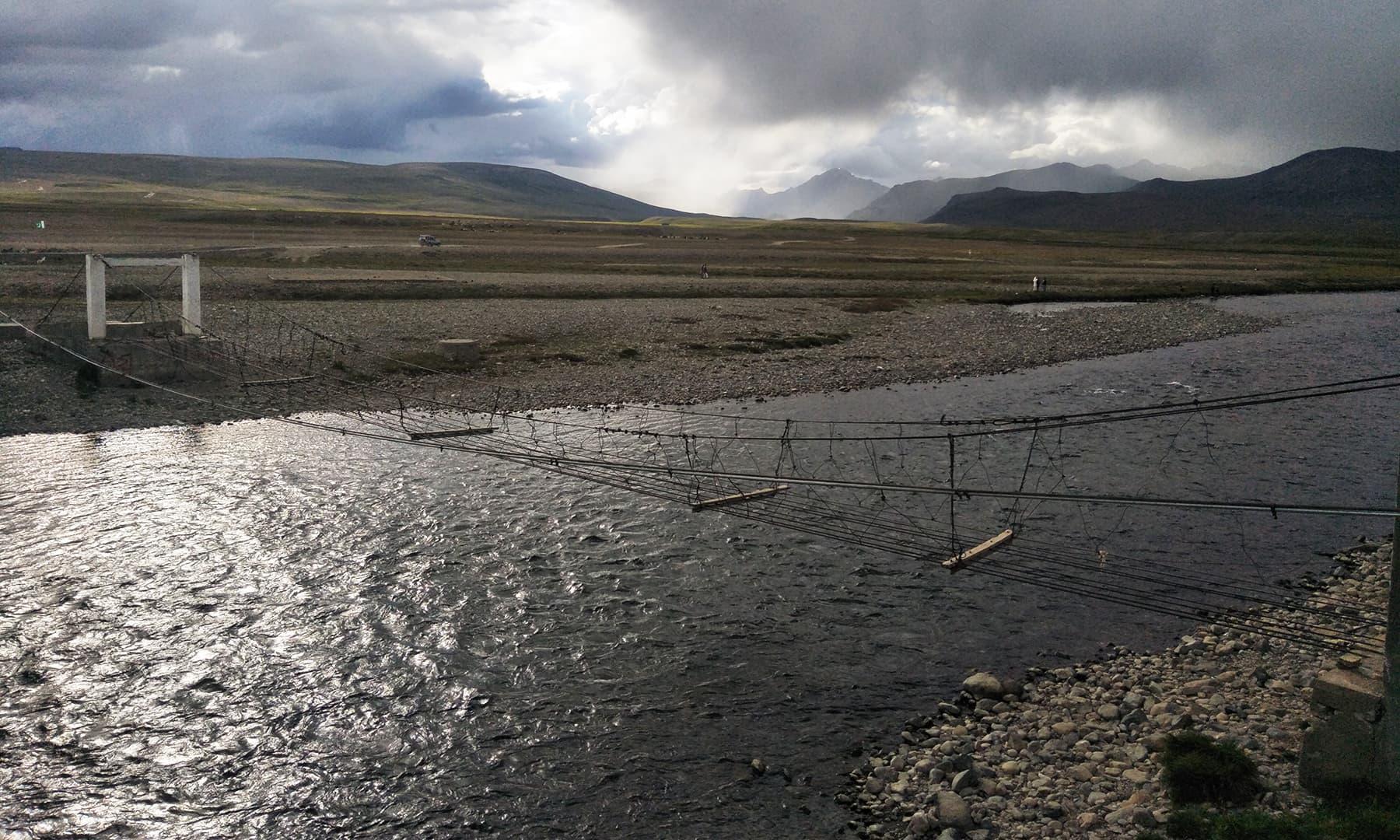 بڑا پانی کے مقام پر پرانا لکڑی کا پل جو زیر استعمال نہیں—تصویر عظمت اکبر