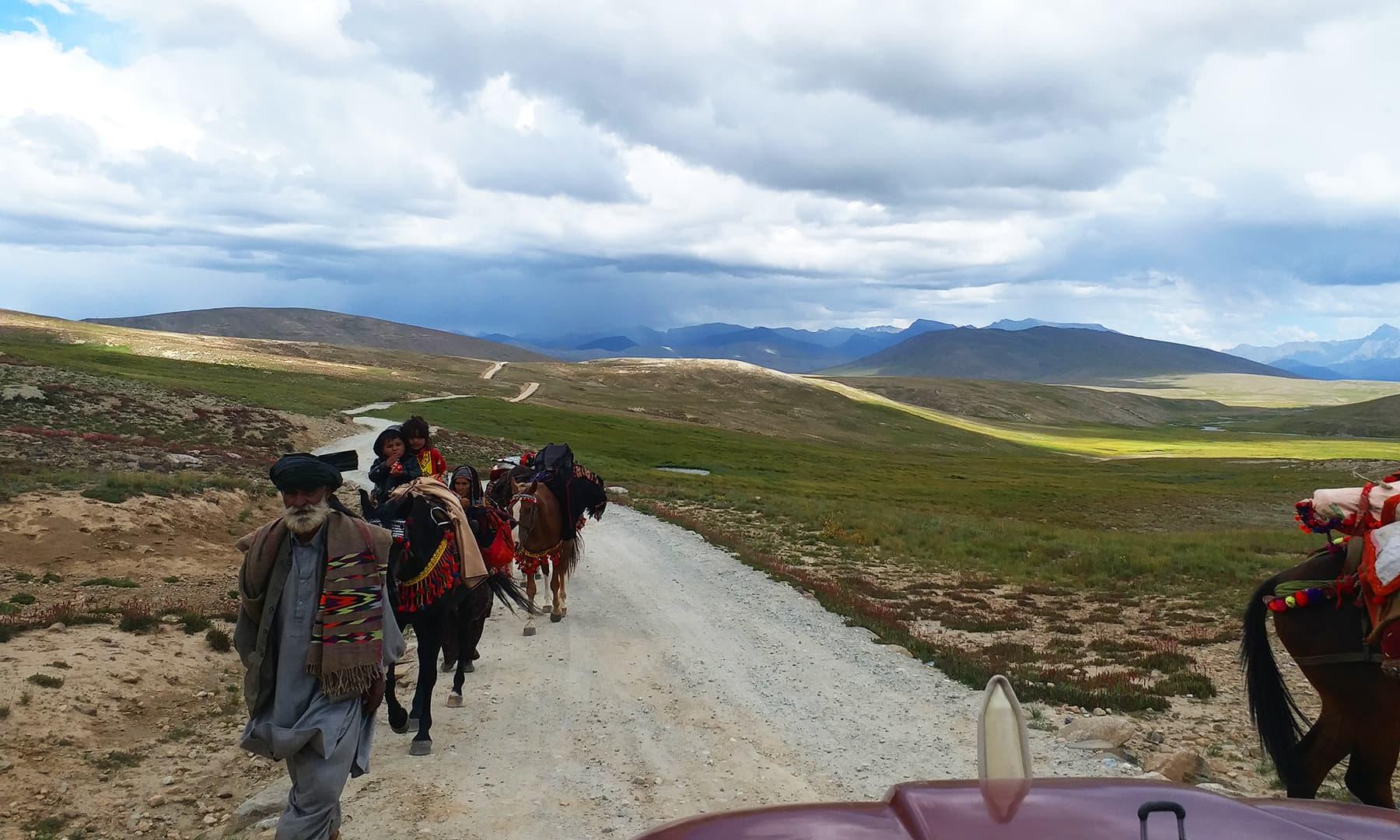 3 ماہ کے لیے دیوسائی کے باشندے نقل مکانی کر رہے ہیں— تصویر ملک سجاد مہمند