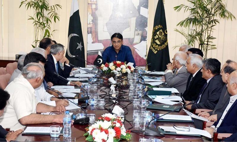 وزیرخزانہ اسد عمر اسلام آباد میں  اقتصادی رابطہ کمیٹی کی صدارت کررہے ہیں— فوٹو: ڈان