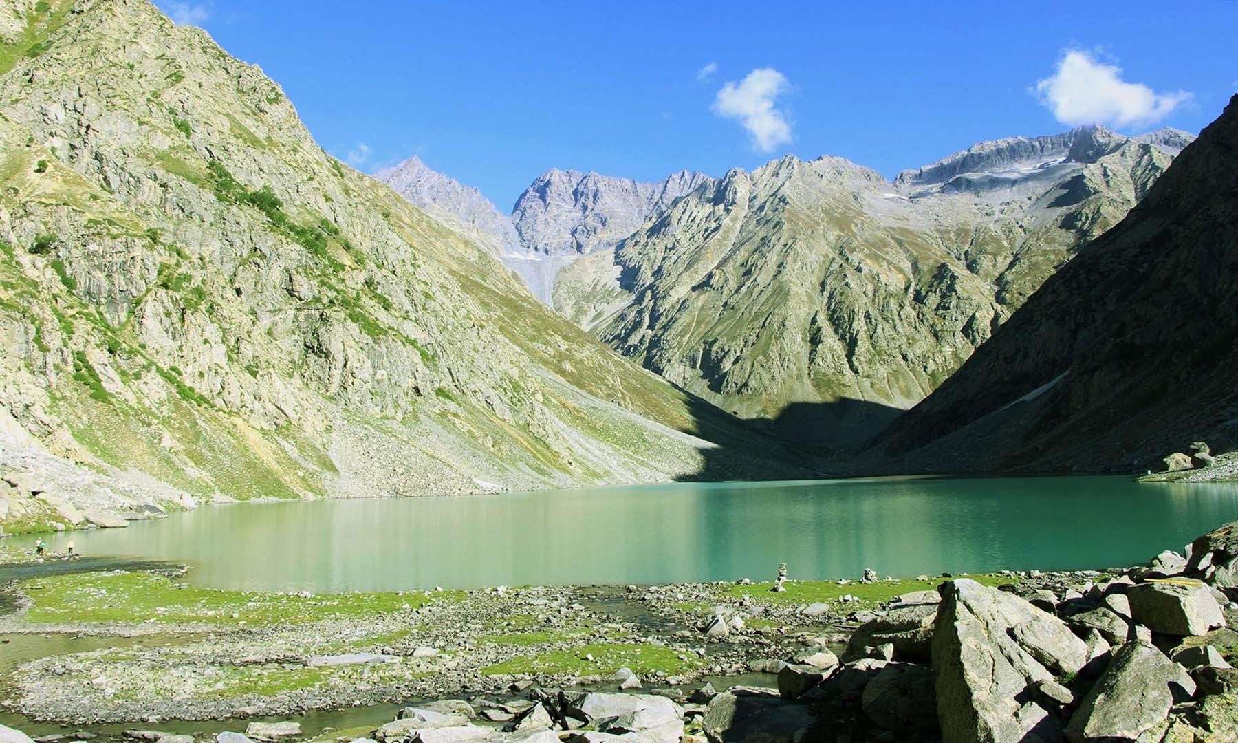 کُو جھیل پر پڑنے والی پہلی نظر—تصویر امجد علی سحاب