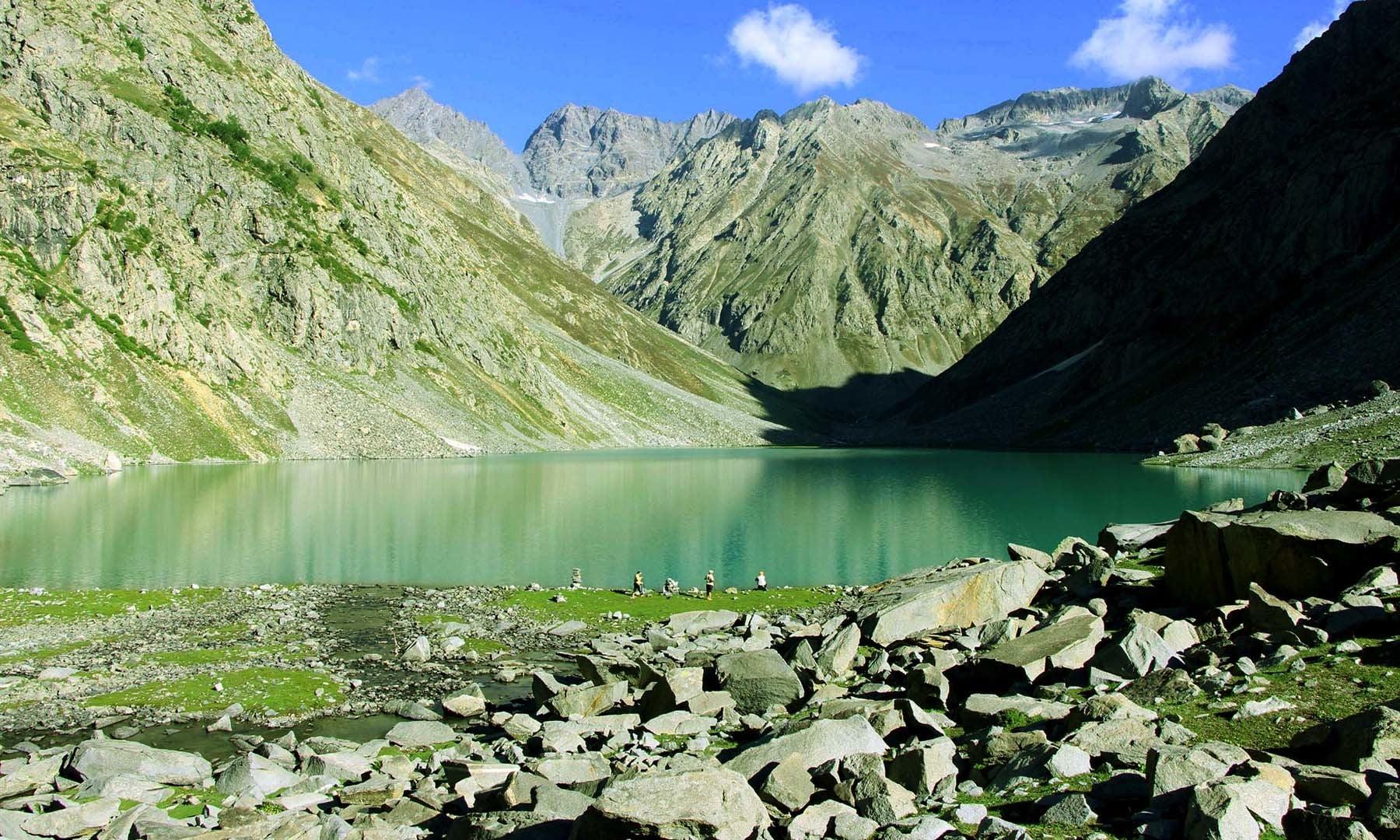 جھیل کے کنارے سیاحوں کو دیکھا جاسکتا ہے—تصویر امجد علی سحاب