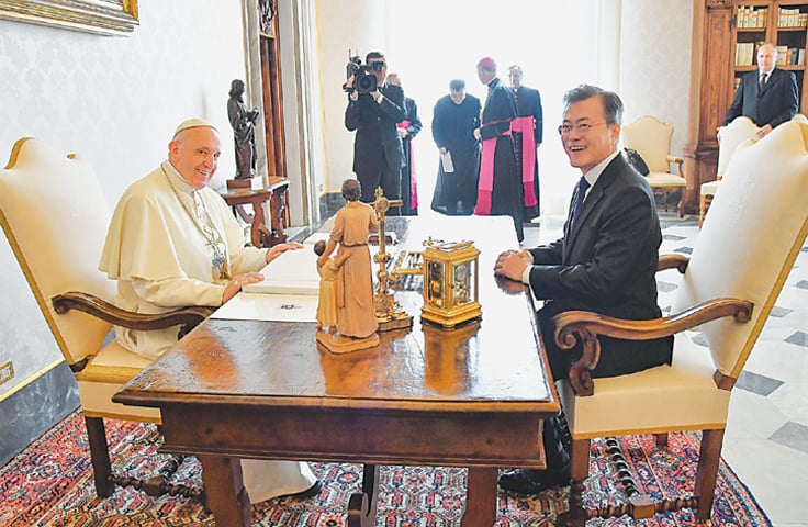 VATICAN CITY: Pope Francis (left) meets South Korean President Moon Jae-in during a private audience on Thursday.—AFP