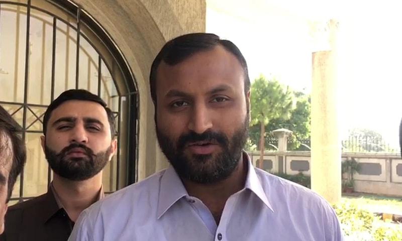 Tariq Mansha talks to media outside IHC. — Photo courtesy Mohammad Imran