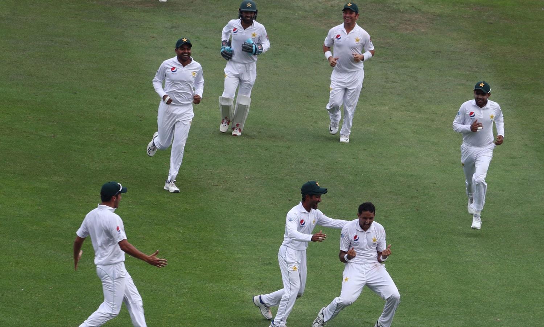 ایرون فنچ کو آؤٹ کرے کے بعد محمد عباس ساتھی کھلاڑیوں کے ہمراہ جشن منا رہے ہیں— فوٹو: اے ایف پی