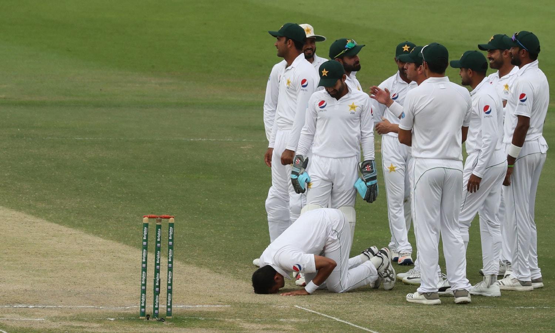میچ میں 10وکٹیں لینے کے بعد محمد عباس سجدہ شکر ادا کر رہے ہیں— فوٹو: اے پی