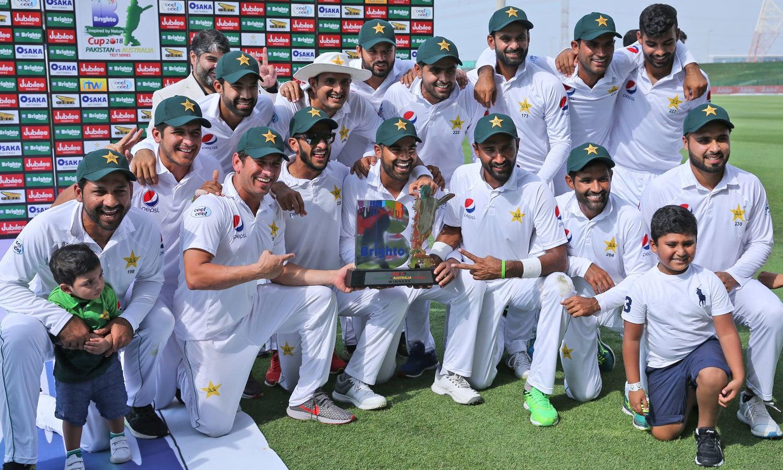 آسٹریلیا کے خلاف سیریز میں فتح کے بعد قومی ٹیم کا ٹرافی کے ہمراہ گروپ فوٹو— فوٹو: اے پی