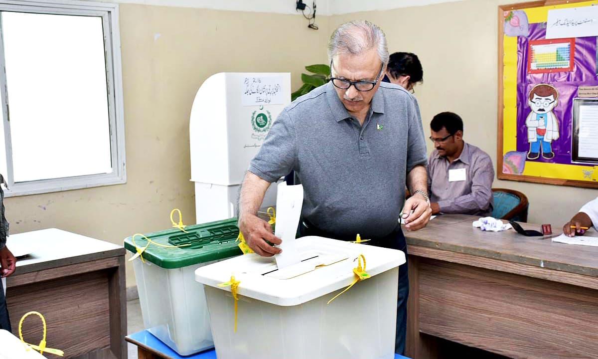 President Arif Alvi casts his vote.— APP