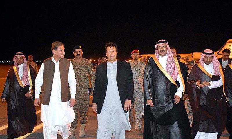 مدینہ کے گورنر شہزادہ فیصل بن سلمان نے ایئرپورٹ پر عمران خان اور ان کے وفد کا استقبال کیا— فوٹو: اے پی پی