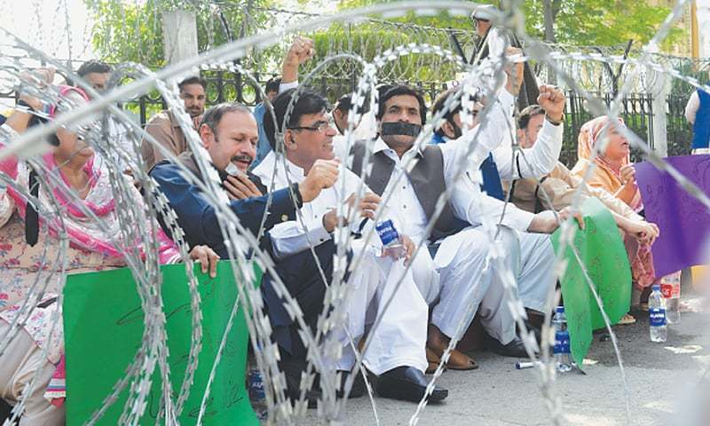 PML-N lawmakers protest outside Punjab Assembly. — Photo/File