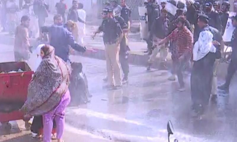 پولیس نے پاکستان کوارٹرز خالی کرانے کیلئے آپریشن کیا تھا— فوٹو: ڈان نیوز