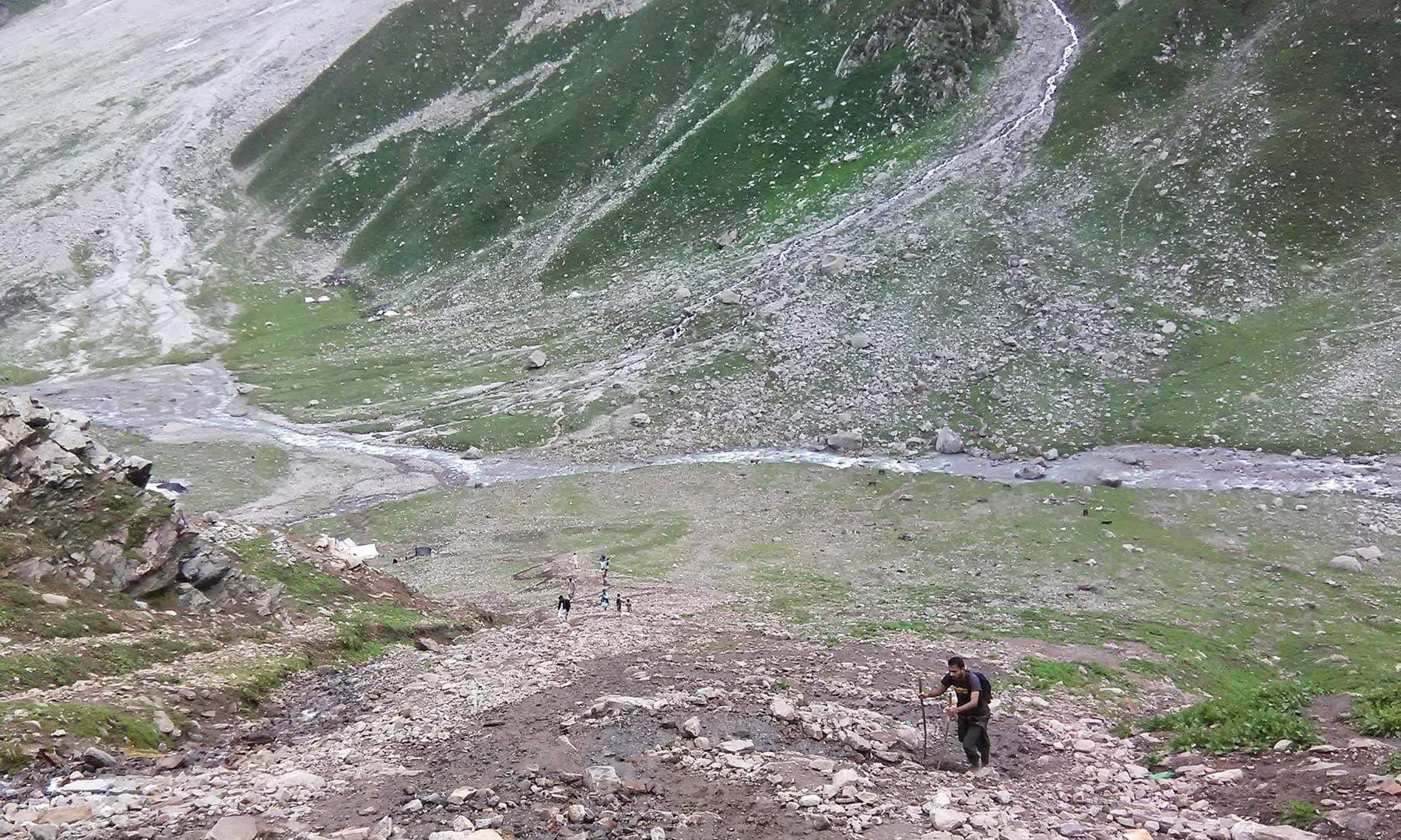 بیس کیمپ سے چڑھائی چڑھتے ہوئے—تصویر عظمت اکبر