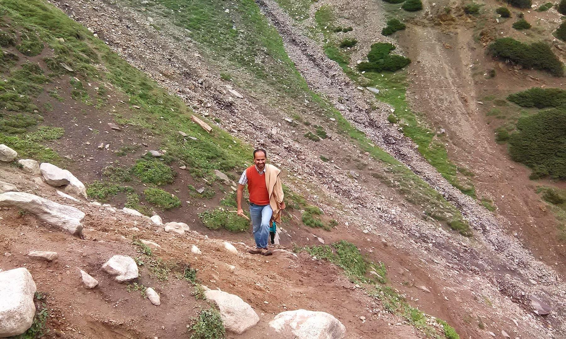 عمودی چڑھائی کی وجہ سے جلد ہی تھکاوٹ کے شکار ہوگئے—تصویر عظمت اکبر