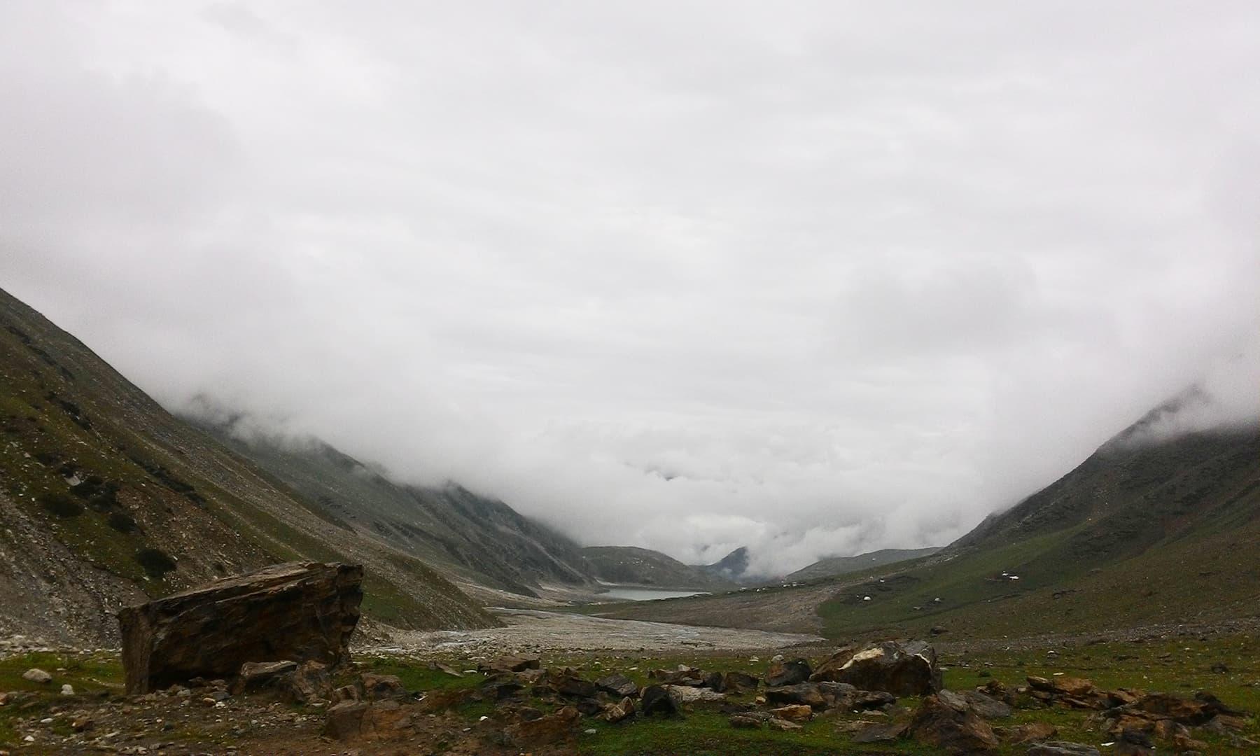 بادلوں سے ڈھکی مشہور سیف الملوک جھیل کا خوبصورت منظر — تصویر عظمت اکبر
