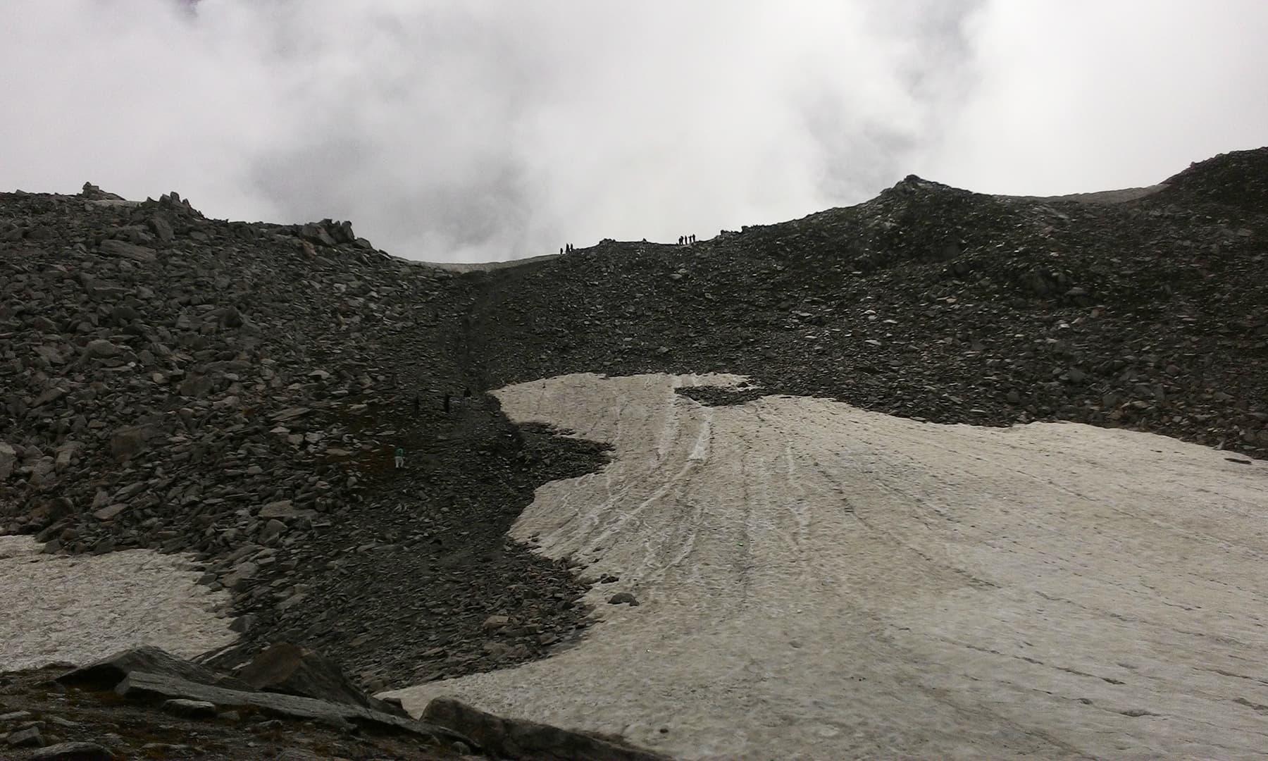 ہمارے سامنے ایک بلند پہاڑی تھی، جسے پار کرنے پر ہم آنسو جھیل دیکھ سکتے تھے—تصویر عظمت اکبر