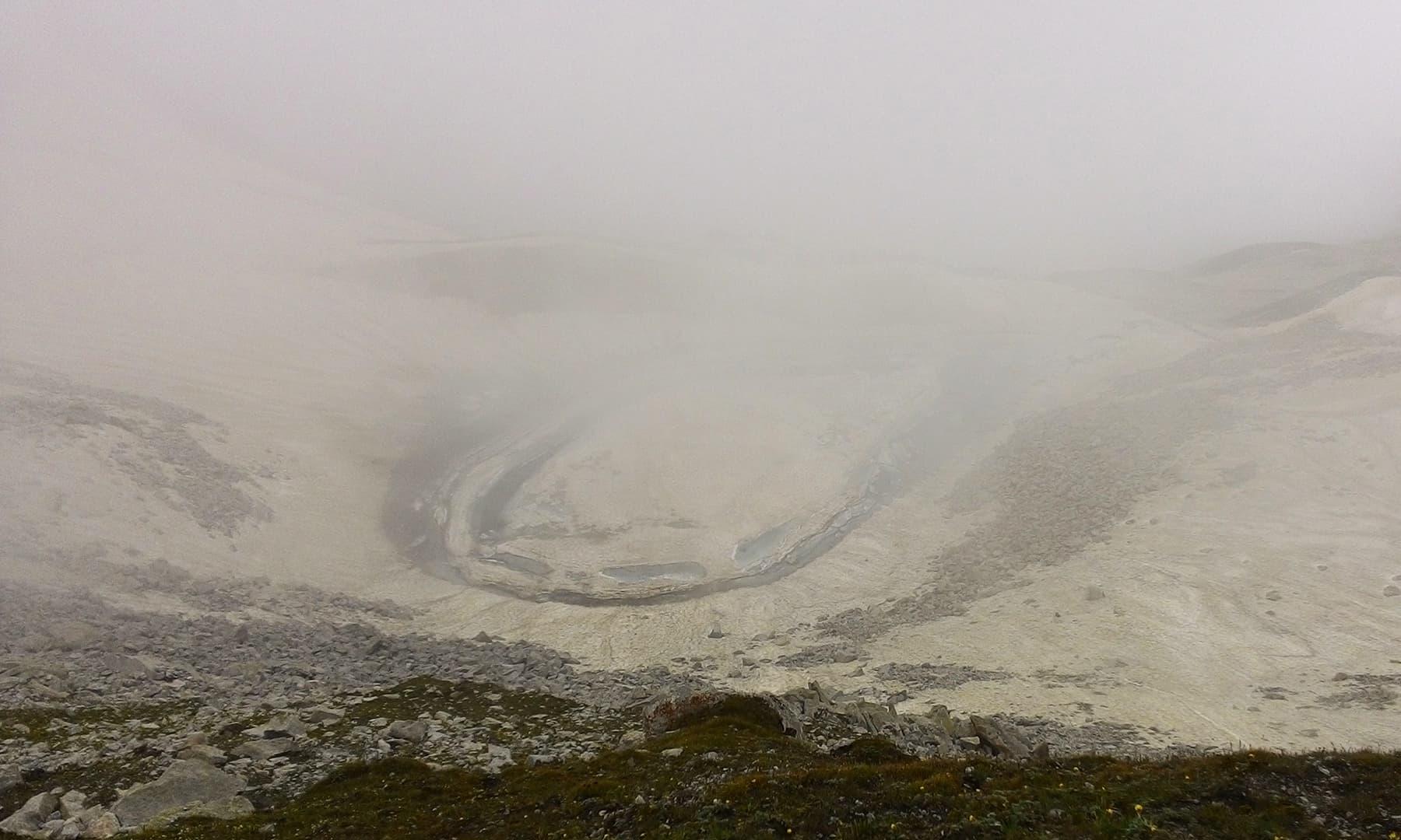 آنسو جھیل بھی آہستہ آہستہ اپنا پردہ ہٹاتی گئی—تصویر : عظمت اکبر
