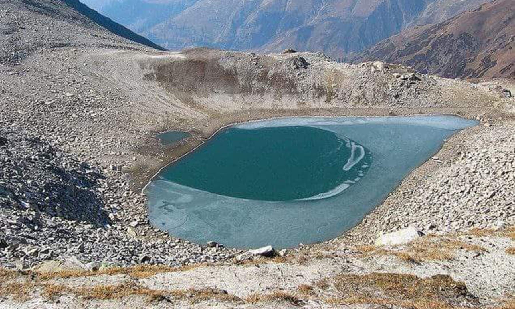 اکتوبر میں لی گئی آنسو جھیل کی تصویر—تصویر محمد احسن
