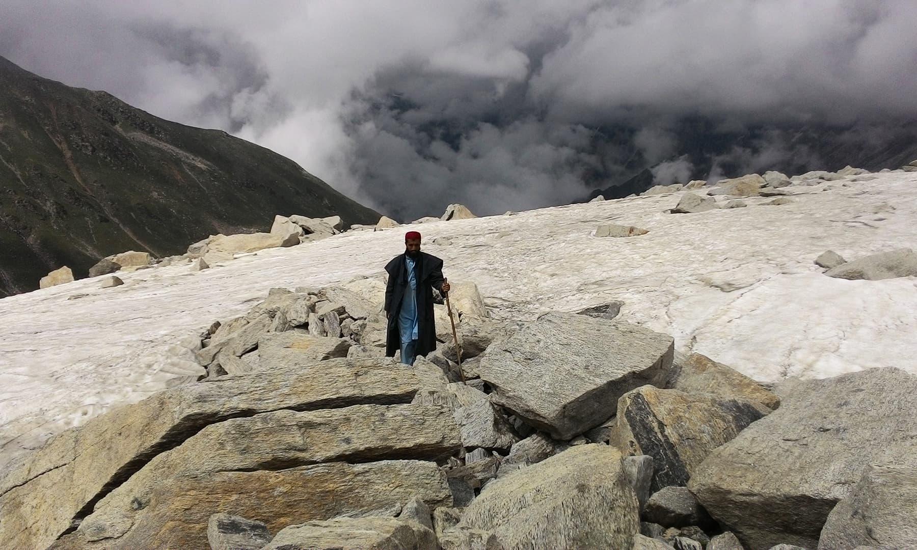 بلندی چڑھتے ہوئے ہم پتھریلے پہاڑی علاقے میں داخل ہوئے—تصویر عظمت اکبر