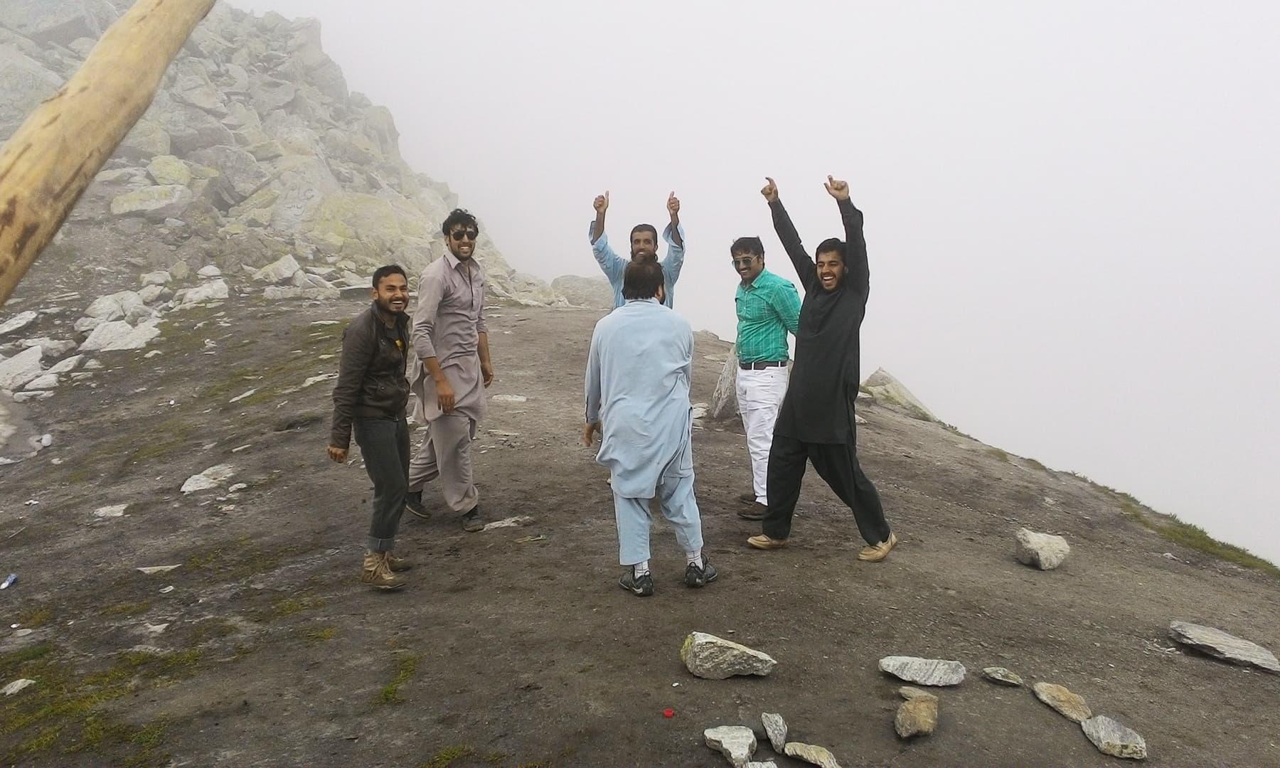 آنسو جھیل کا پردہ ہٹانے پر دوستوں نے بھنگڑا ڈالا—تصویر عظمت اکبر