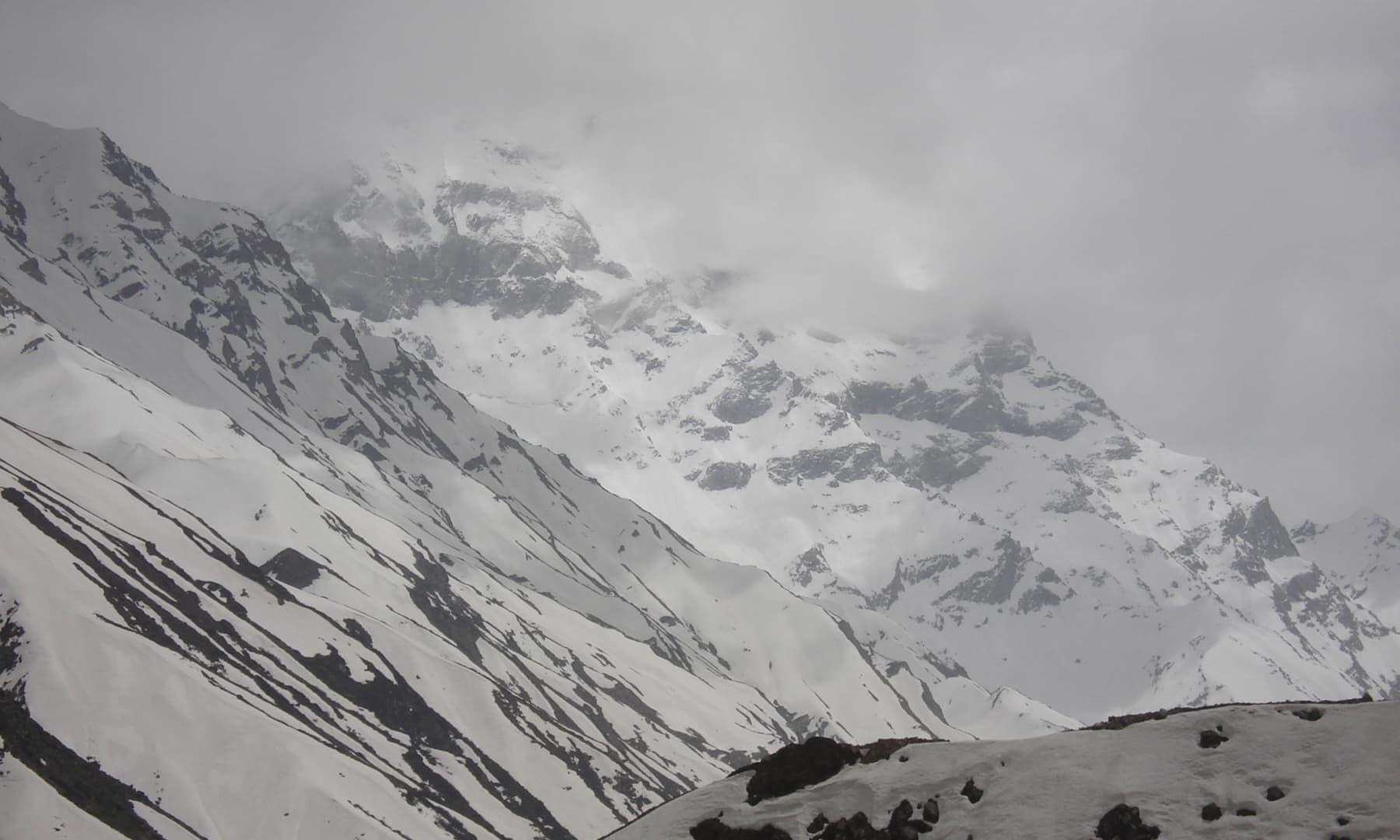 برفیلی ملکہ پربت کی موسم سرما میں لی گئی ایک تصویر—تصویر عظمت اکبر
