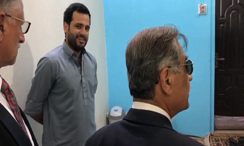 CJP Nisar (right) visits Shahrukh Jatoi's cell in Landhi jail. Jatoi can be seen in the background. — DawnNewsTV