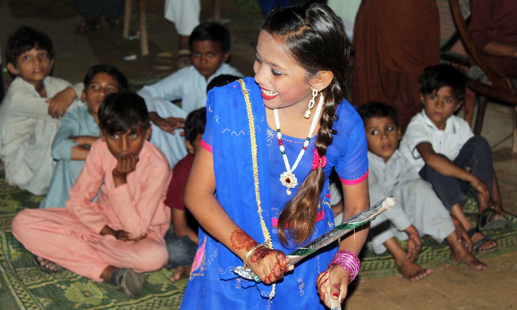 پوجا کے ساتھ ساتھ اس موقع پر ڈانڈیا رقص بھی کیا جاتا ہے۔— اختر حفیظ