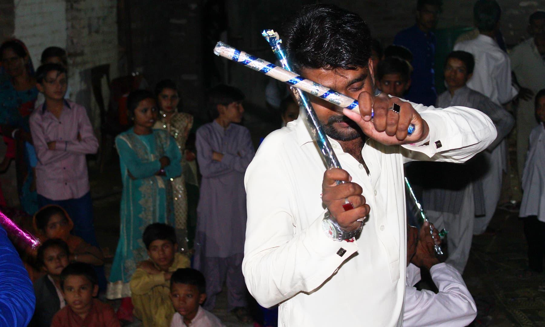 رقص میں بچوں کے ساتھ بڑے بھی شرکت کرتے ہیں۔— اختر حفیظ
