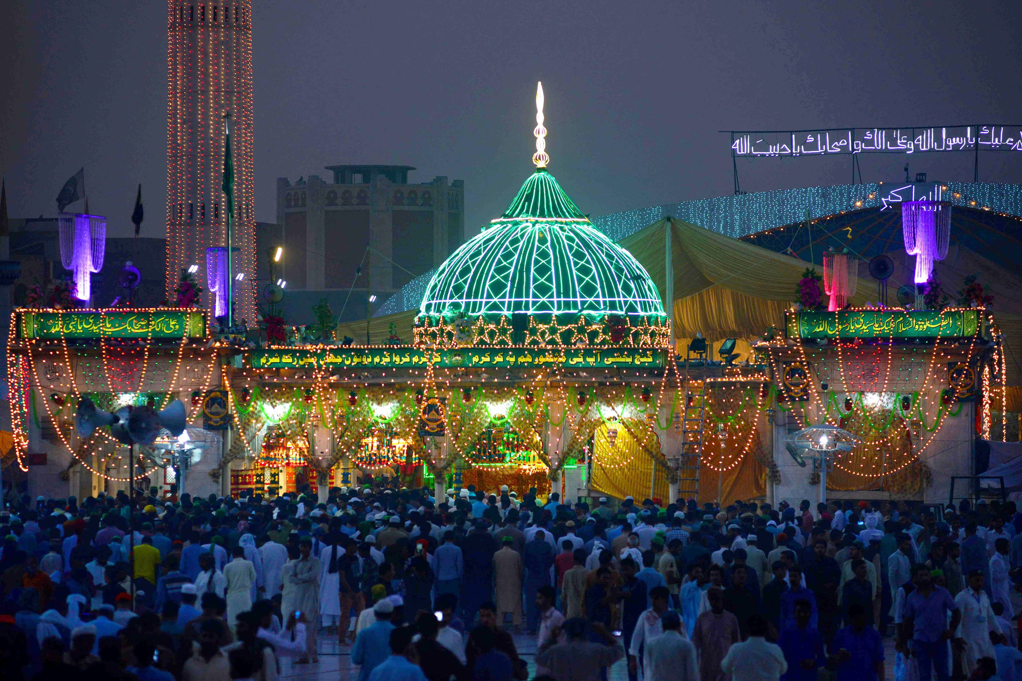 Pakistani Sufi followers gather at the Data Darbar complex during the three-day annual 'Urs' religious festival in Lahore on October 28, 2018. - The Data Darbar complex contains the shrine of Saint Syed Ali bin Osman Al-Hajvery, popularly known as Data Ganj Bakhsh. (Photo by ARIF ALI / AFP) — AFP or licensors