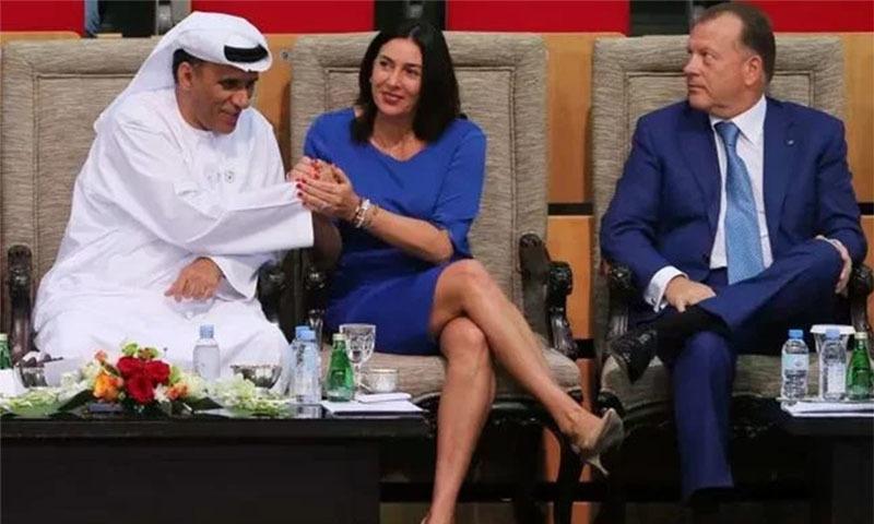 اسرائیلی وزیر کھیل (بائیں) امارات کے ریسٹلنگ جوڈو اور باکسنگ فیڈریشن کے صدر محمد بن تھلوب سے مل رہی ہیں
