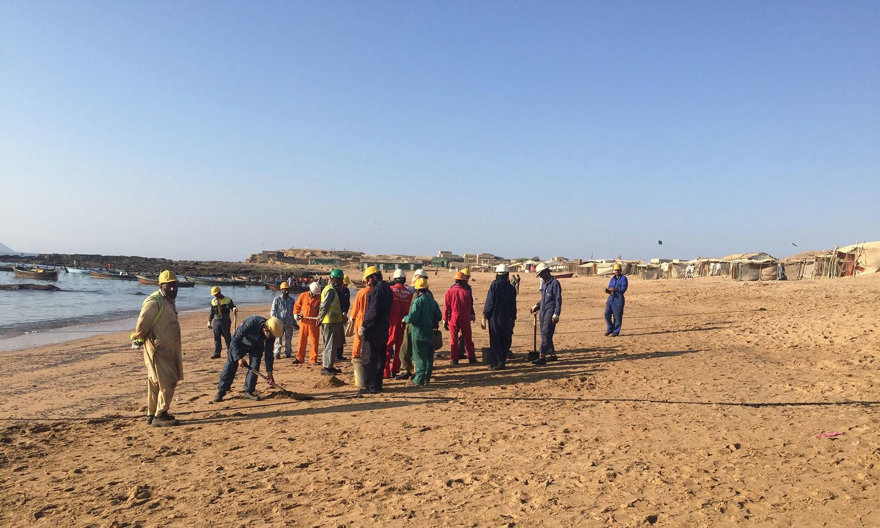 ساحل پر مقامی لوگ رضاکار تنظیموں کے ساتھ مل کر صفائی کر رہے ہیں۔— فوٹو سعید الاسلام