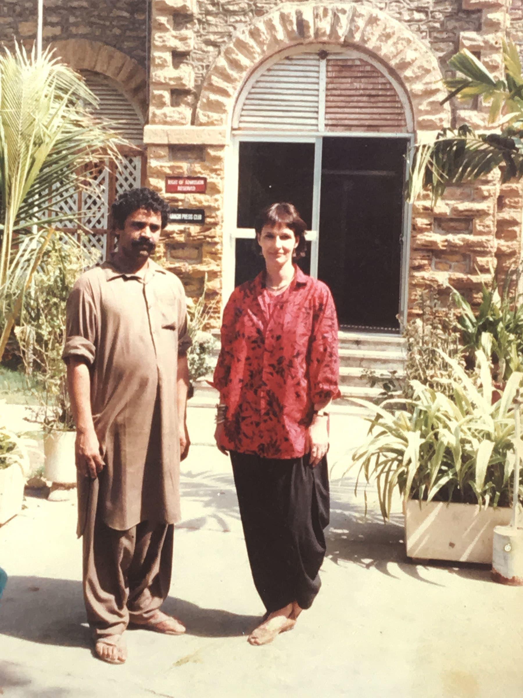 ستار ایک غیر ملکی صحافی کے ساتھ۔ سن نامعلوم۔