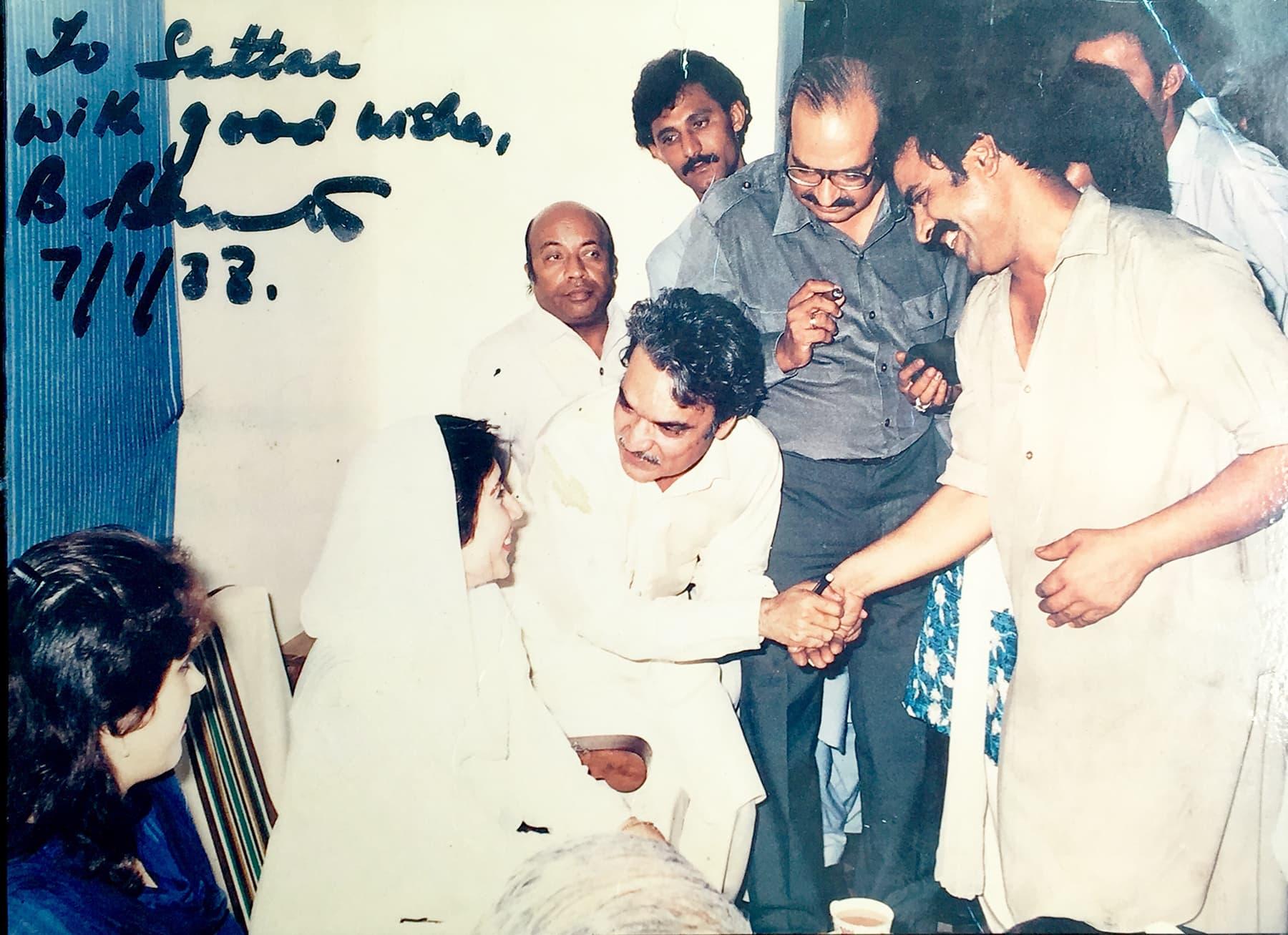 ستار کی بینظیر بھٹو کے ساتھ تصویر، جب وہ 1988ء میں کراچی پریس کلب آئی تھیں۔ تصویر پر بینظیر کے دستخط بھی موجود ہیں۔
