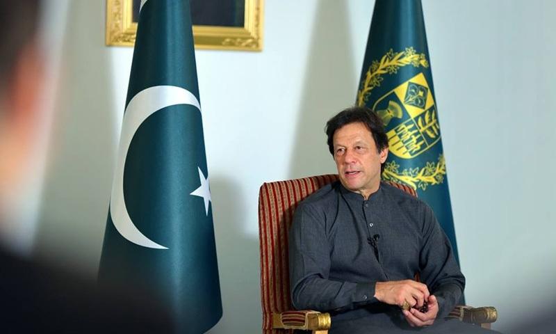 دورہ چین سے قبل وزیراعظم عمران خان نے چینی صحافیوں سے خصوصی گفتگو بھی کی—فوٹو: حکومتِ پاکستان ٹوئٹر