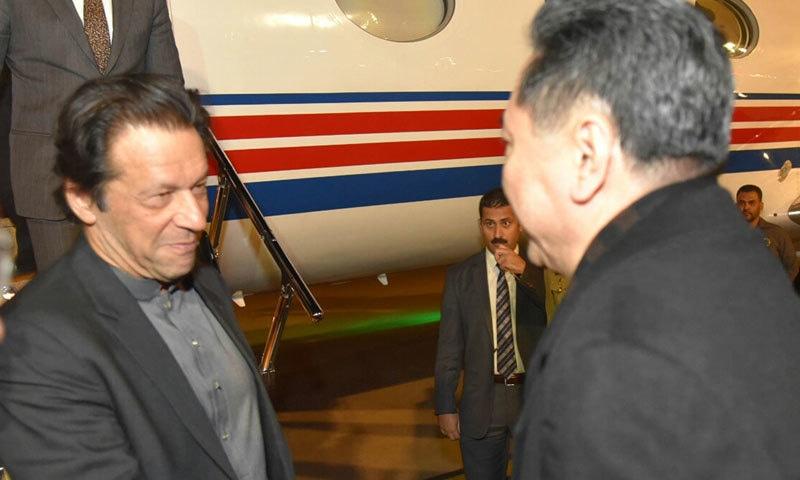چینی حکام وزیر اعظم کا استقبال کر رہے ہیں — فوٹو: حکومت پاکستان ٹوئٹر