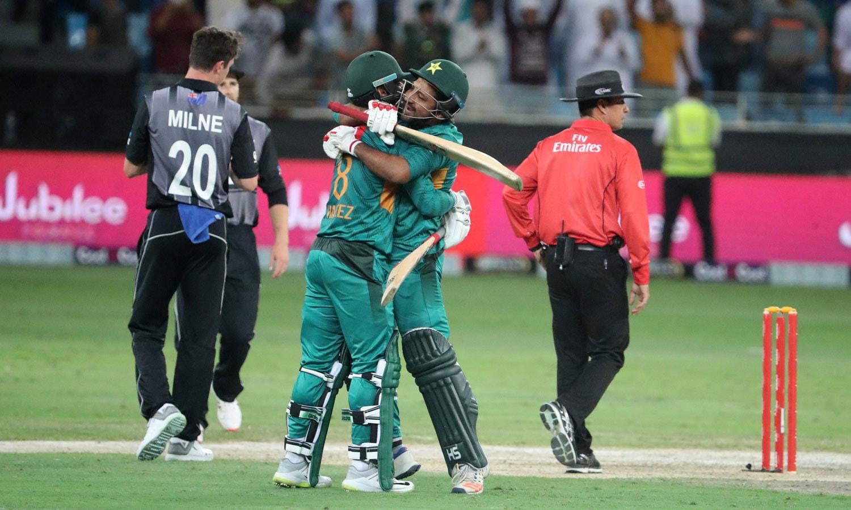 پاکستان کے کپتان سرفراز احمد سیریز جیتنے کے محمد حفیظ کے بغلگیر ہیں— فوٹو: اے ایف پی