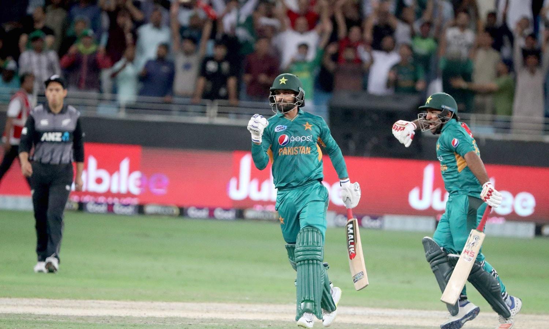 پاکستان کے کپتان سرفراز احمد اور محمد حفیظ میچ میں فتح کے بعد جشن منا رہے ہیں— فوٹو: اے ایف پی