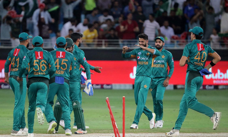 نیوزی لینڈ کے بلے باز روس ٹیلر کو رن آؤٹ کرنے کے بعد پاکستانی کھلاڑی ایک دوسرے کو مبارکباد دے رہے ہیں— فوٹو: اے ایف پی
