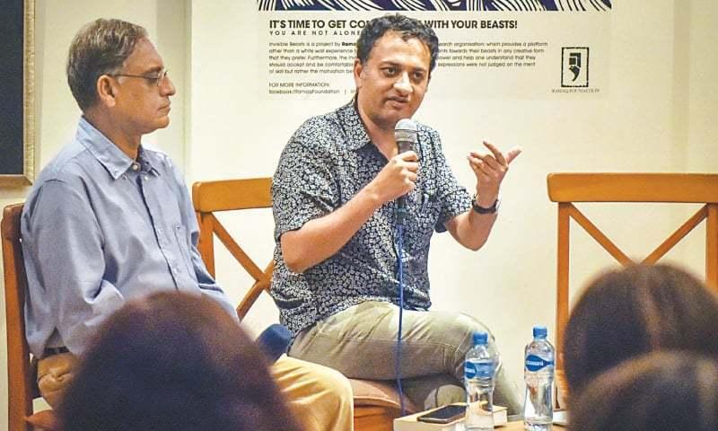 بھارتی مصنف تقریب میں خاص شرکت کے لیے کراچی آئے تھے—فوٹو:وائٹ اسٹار