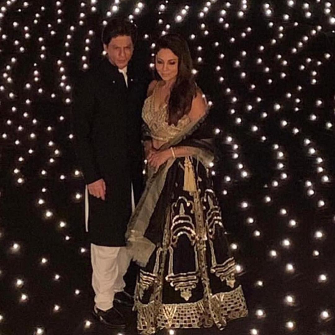 تقریب کے میزبان شاہ رخ خان اور اہلیہ گوری خان نے دیوالی پارٹی کی تمام تر توجہ سمیٹ لی —فوٹو/ انسٹاگرام