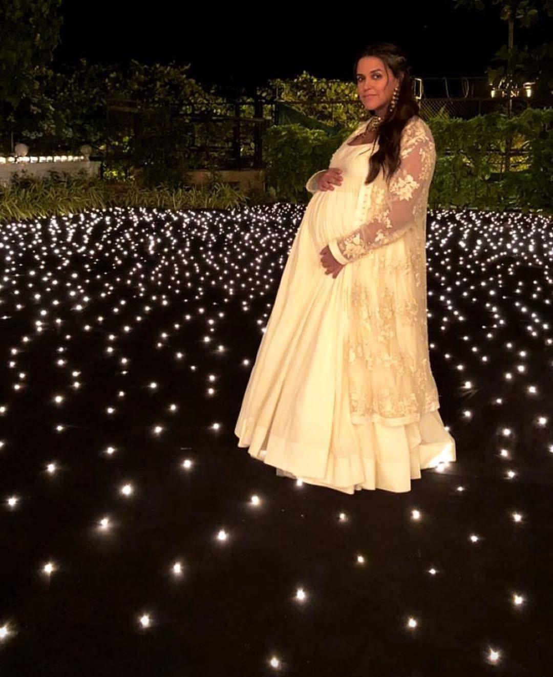 جلد ماں بننے والی اداکارہ نیہا ڈوپیا نے شاہ رخ خان کے گھر میں فوٹو شوٹ کروایا —فوٹو/ انسٹاگرام