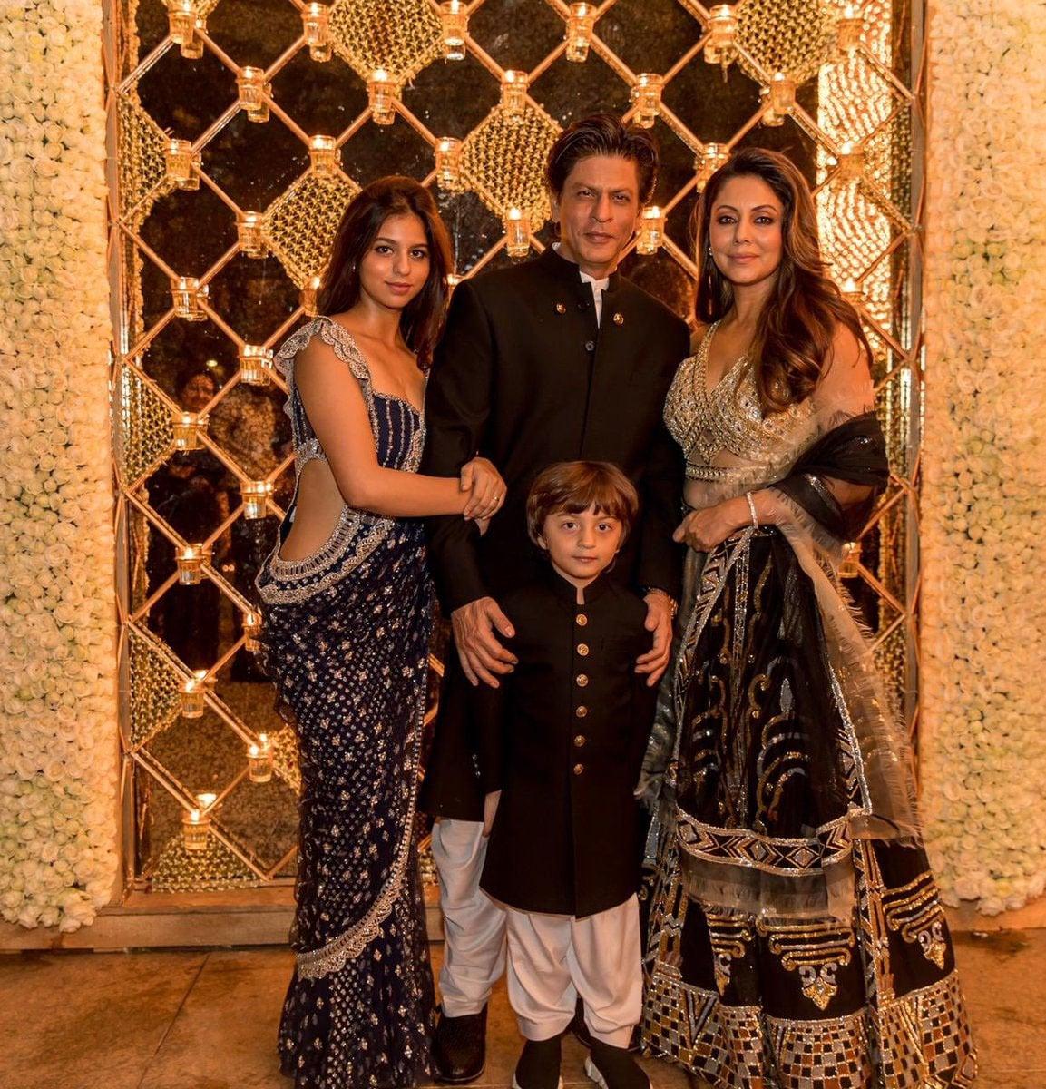 شاہ رخ خان اور گوری خان نے اپنے بچوں کے ہمراہ بھی تصویر لی —فوٹو/ انسٹاگرام