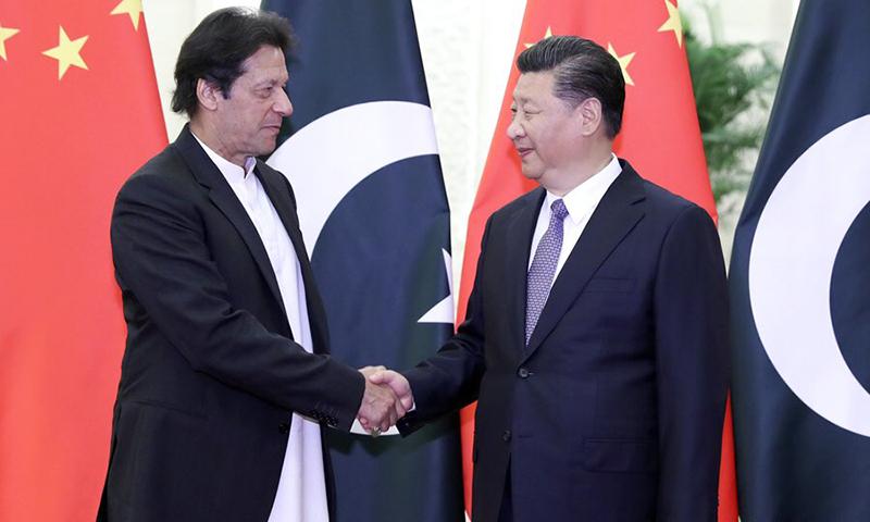 چینی صدر شی جن پنگ (دائیں) وزیرِ اعظم عمران خان (بائیں) سے مصافحہ کر رہے ہیں — فوٹو بشکریہ چاؤ لی چیئن ٹوئٹر اکاؤنٹ