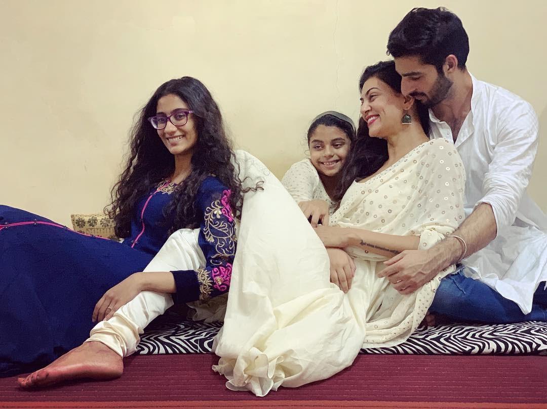 سابق مس یونیورت سشمیتا سین اپنی بیٹییوں اور ساتھی کے ہمراہ اس موقع پر نہایت خوش نظر آئیں —فوٹو/ انسٹاگرام