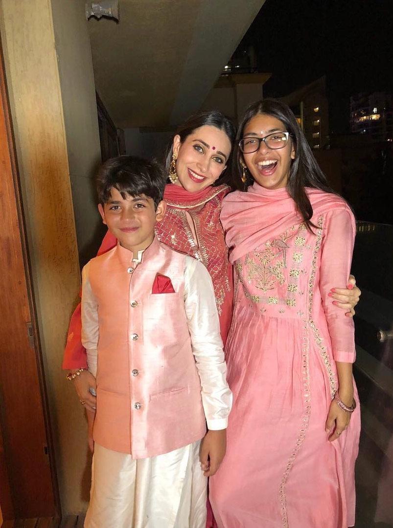 کرشمہ کپور اور ان کے بچوں نے دیوالی کے موقع پر ایک ہی رنگ کے ملبوسات زیب تن کیے —فوٹو/ انسٹاگرام