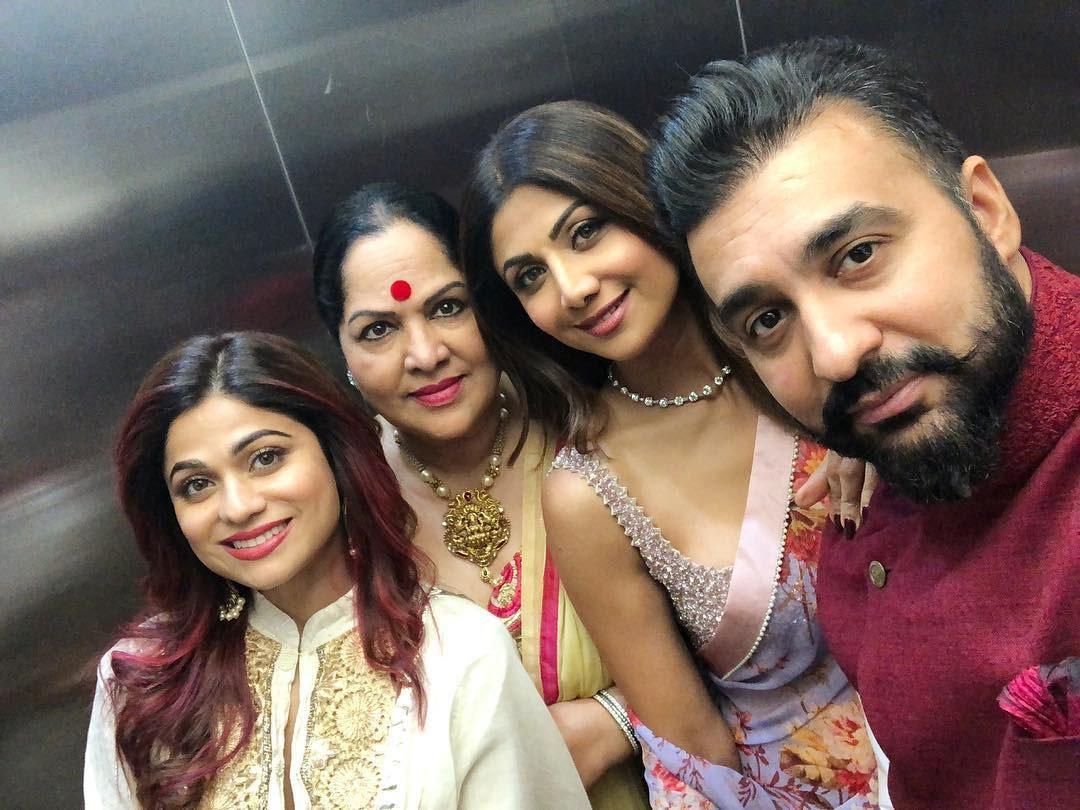 شلپا شیٹی، ان کے شوہر راج کندرا، بہن شمیتا شیٹی اور والدہ نے بھی ایک ساتھ دیوالی کے موقع پر خوبصورت تصویر مداحوں کے ساتھ شیئر کی —فوٹو/ انسٹاگرام